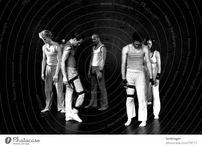 ego schwarz Mensch Licht gehen Mann Frau egoistisch Tanzen weis tanzperformens Tanztheater Bewegung egotanz laufen sanft