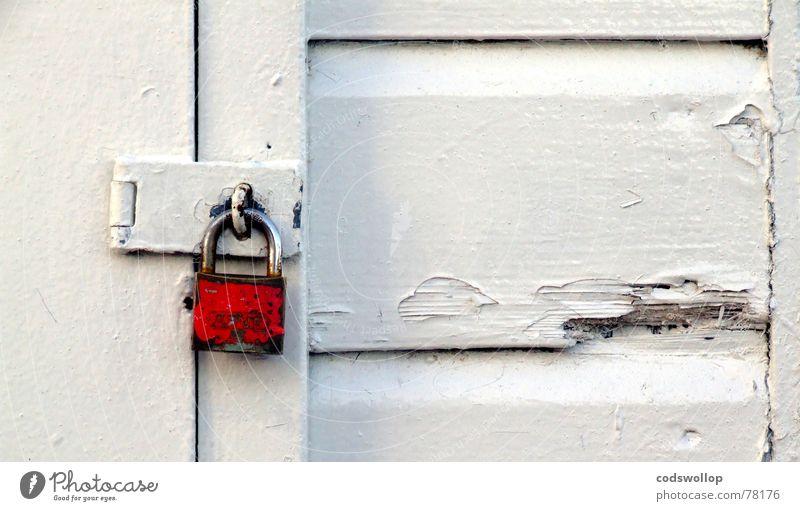 little red vorhängeschlosschen weiß rot Wand Garten Holz Mauer Tür Fassade geschlossen Sicherheit Schutz Dorf Hütte Schloss Garage Vorhängeschloss