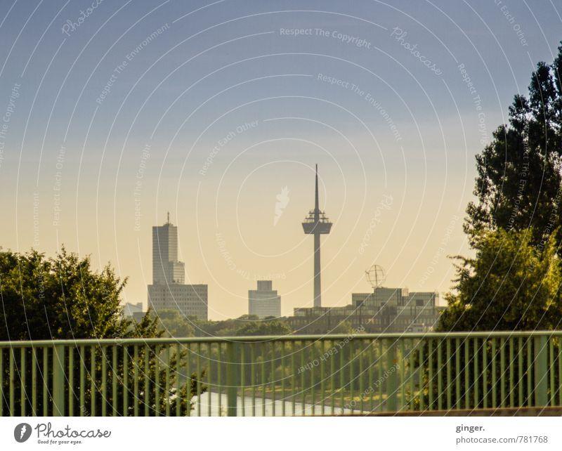 Oh Colonius! Köln Stadt Stadtzentrum Skyline Haus Hochhaus Turm Bauwerk Gebäude Architektur Wahrzeichen authentisch dunkel Fernsehturm Colonius - Fernsehturm