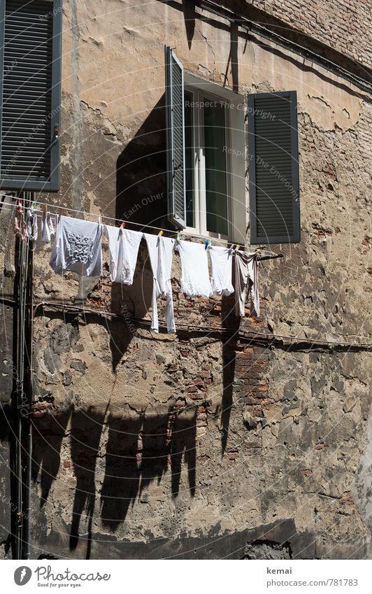 Guter Trockenplatz Tourismus Italien Mauer Wand Fenster Fensterladen Unterwäsche Wäscheleine Wäsche waschen hängen frisch Sauberkeit Wärme trocknen typisch