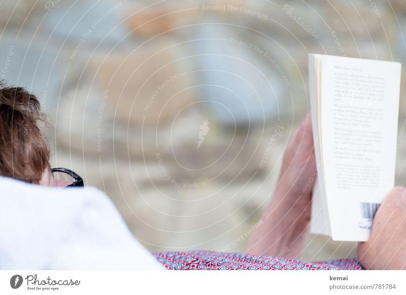Entspanntes Lesen Mensch Frau Ferien & Urlaub & Reisen Erholung Hand ruhig Erwachsene Leben Mauer hell liegen Freizeit & Hobby Buch Brille Pause lesen