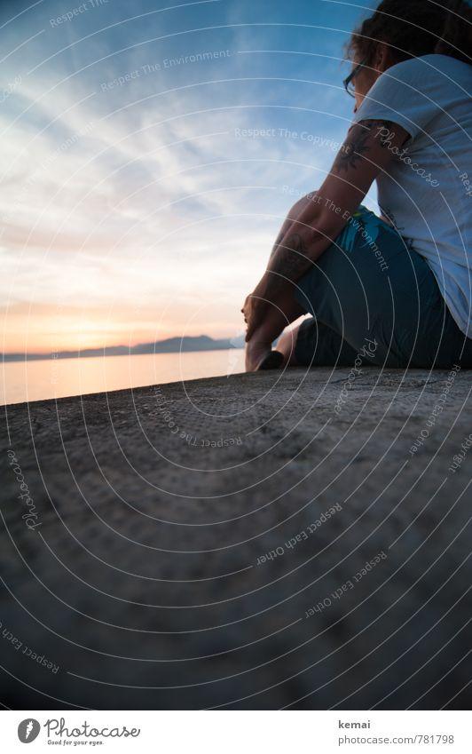 Betrachtung Mensch Frau Himmel Ferien & Urlaub & Reisen Jugendliche Sommer Sonne Meer ruhig Wolken 18-30 Jahre Ferne Erwachsene Leben feminin Mauer