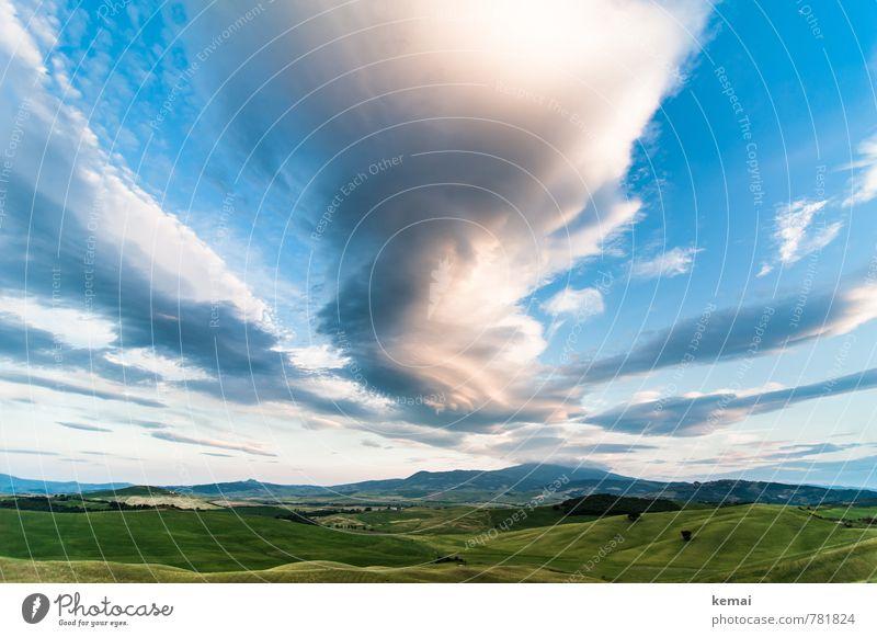 Wolken ziehen vorbei, dunkel und hell Umwelt Natur Landschaft Himmel Sonnenlicht Sommer Schönes Wetter Hügel Toskana Italien blau grün ruhig sanft Ferne