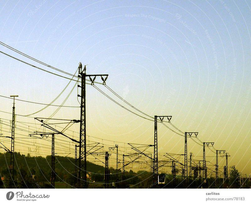 Morgenzug ... Arbeit & Erwerbstätigkeit Verkehr Eisenbahn schlafen Geschwindigkeit Energiewirtschaft Elektrizität Kabel Gleise Bahnhof Langeweile Strommast