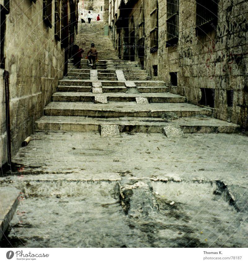 Jerusalem (oder die Ruhe vor dem Sturm 2000) Kind alt Fenster Straße Wege & Pfade Arbeit & Erwerbstätigkeit Treppe dreckig Backstein Gasse aufwärts Gitter aufsteigen Naher und Mittlerer Osten schwer Israel