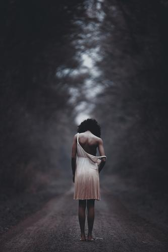 ... Mensch feminin Junge Frau Jugendliche Erwachsene Leben Körper 1 18-30 Jahre Natur Sommer Baum Wald Kleid schwarzhaarig langhaarig Locken Traurigkeit Sorge