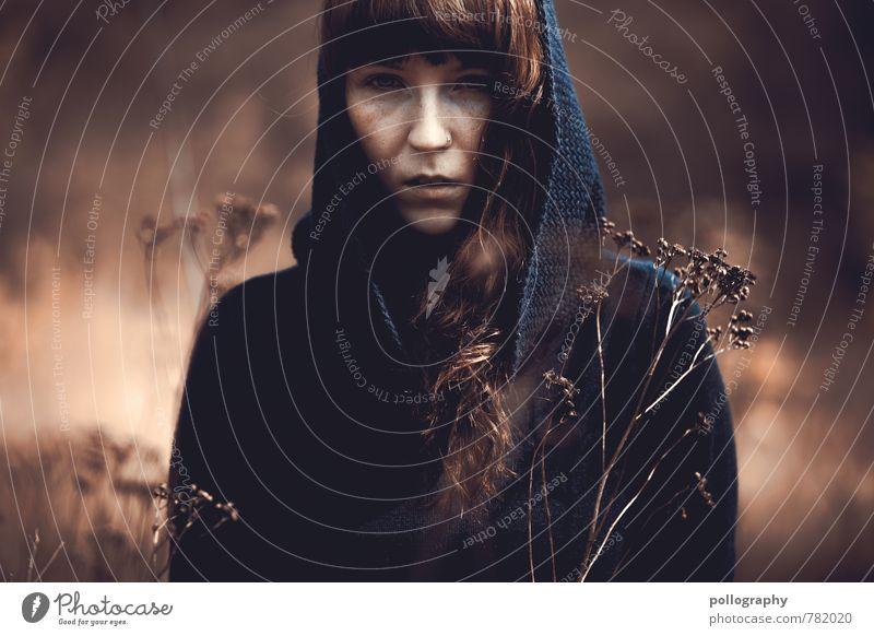 ... Mensch feminin Junge Frau Jugendliche Erwachsene Leben Körper Kopf 1 18-30 Jahre Natur Pflanze Sommer Schönes Wetter Sträucher Feld Mode Pullover Mütze