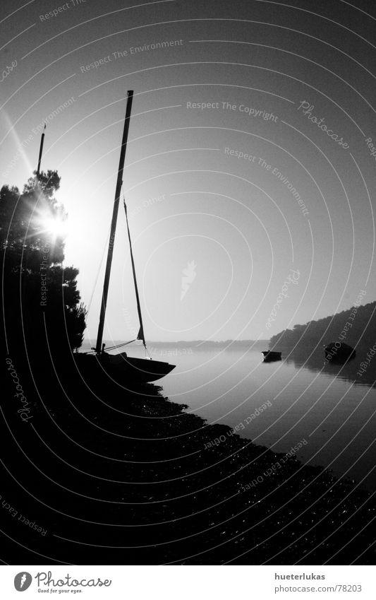 Morning has broken Meer Wasserfahrzeug Segelschiff Sonnenaufgang Dämmerung Morgen Grauwert Schattenspiel Reflexion & Spiegelung Kieselsteine Kieselstrand