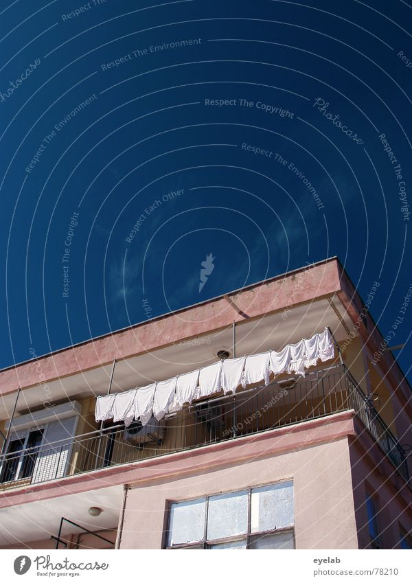 Waschtag Haus Gebäude Hochhaus Fenster Himmel grau rosa Heimat Wolken Feierabend Hoffnung Fernweh Heimweh Sehnsucht Arbeit & Erwerbstätigkeit Stadt weiß Wäsche