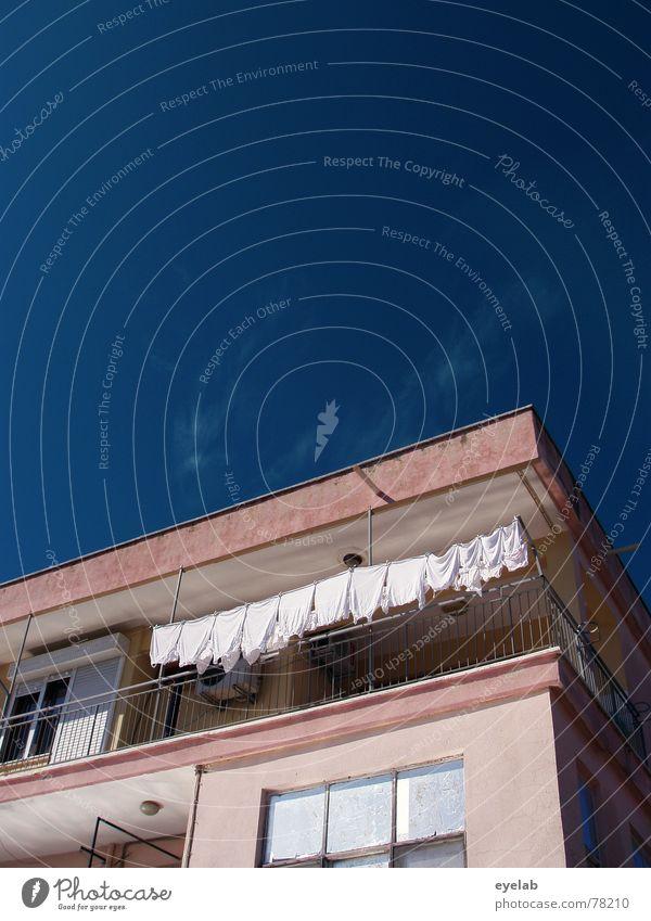 Waschtag Himmel blau weiß Stadt Ferien & Urlaub & Reisen Sommer Wolken Haus Fenster Architektur grau Gebäude Arbeit & Erwerbstätigkeit Glas rosa Hochhaus