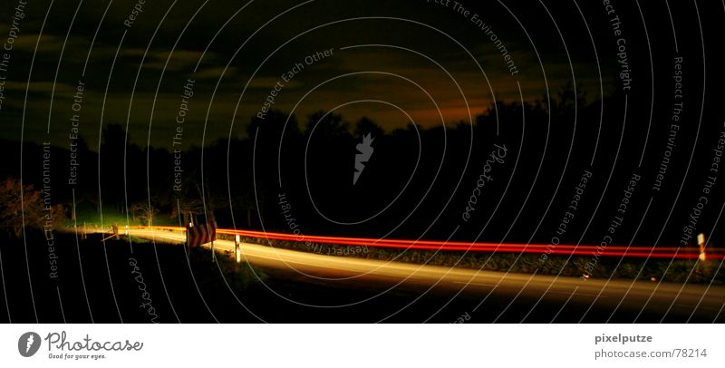 Ich weiß, wohin du letzte Nacht gefahren bist... dunkel schwarz Licht Strahlung rot gelb KFZ PKW Lastwagen Landstraße ländlich Richtung Verkehr Verkehrsschild