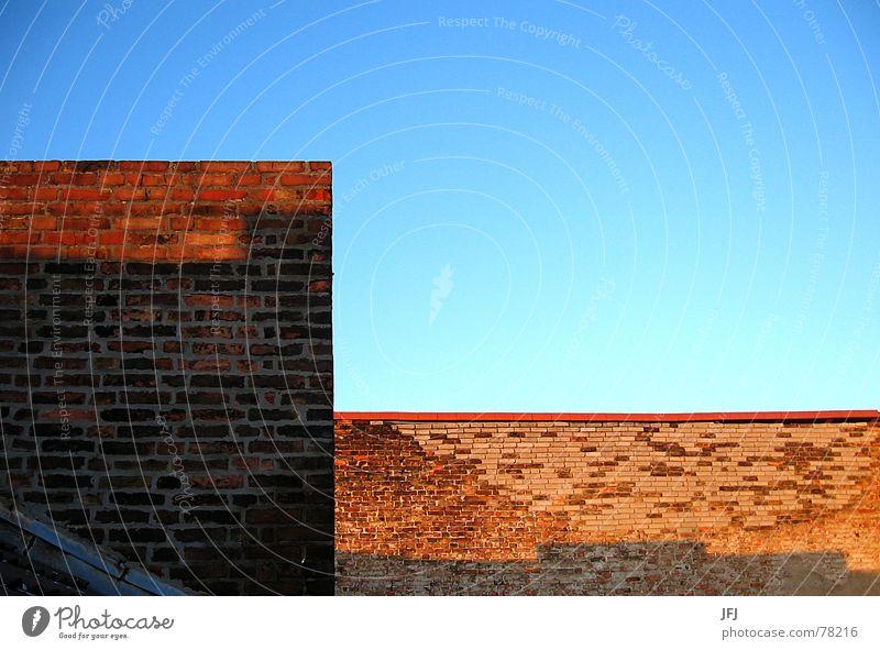 Haushoch alt Himmel Sonne Stadt blau rot Sommer Wand Stein Mauer Wärme Zufriedenheit Ecke Dach kaputt Physik