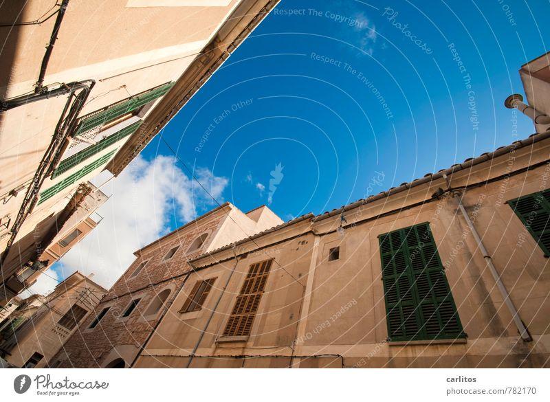 Seitenwind Himmel Wolken Sommer Wärme Kleinstadt Altstadt Haus Gebäude Mauer Wand Fassade Fenster Dach Dachrinne ästhetisch Fensterladen grün blau