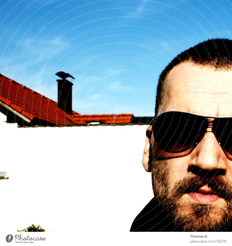 Ohne Titel (oder: Selbstportrait) Himmel Gesicht Haare & Frisuren Kopf Mauer Mund Nase Coolness Ohr Dach Lippen Bart Schornstein Sonnenbrille Brille Skinhead