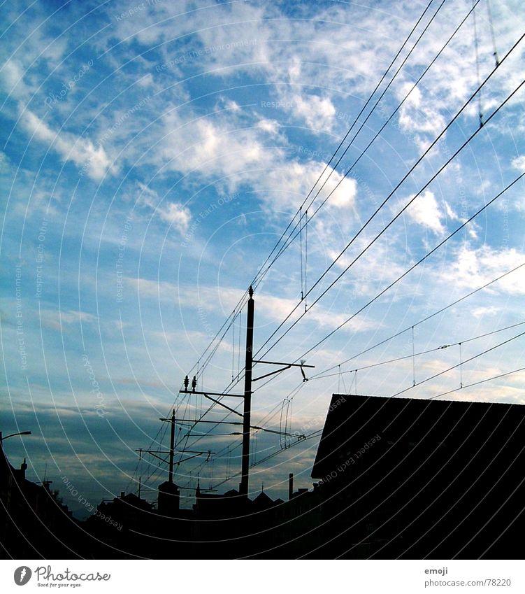 geh Deinen Weg Himmel Wolken schlechtes Wetter Dorf Skyline Verkehrswege Schienenverkehr Eisenbahn dunkel hell blau schwarz weiß Leitung Elektrizität Morgen