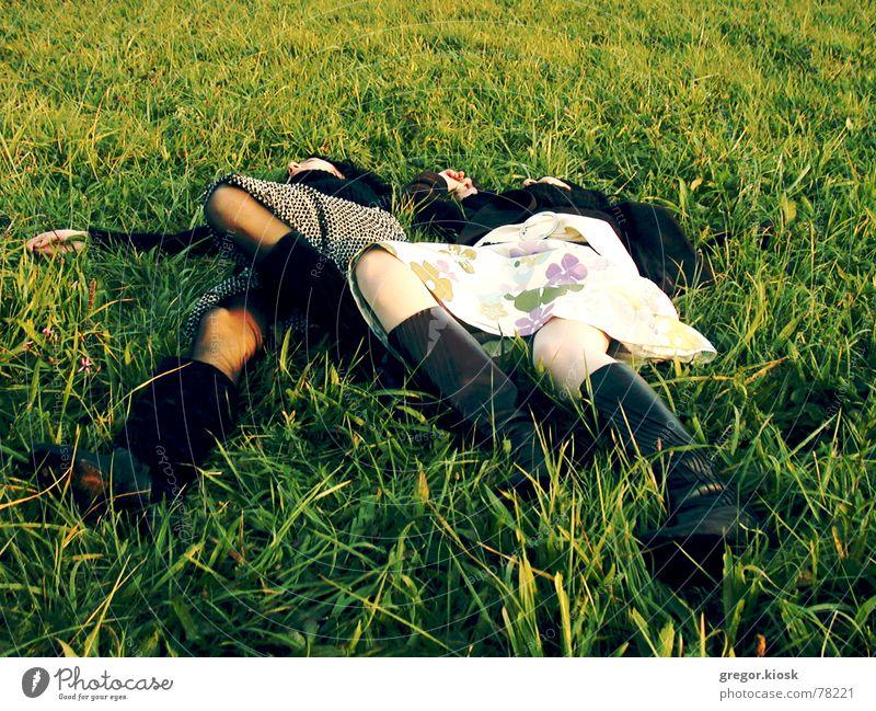 Repose Frau Natur Erholung Wiese Gras schlafen paarweise retro Kleid Stiefel Shorts Siebziger Jahre