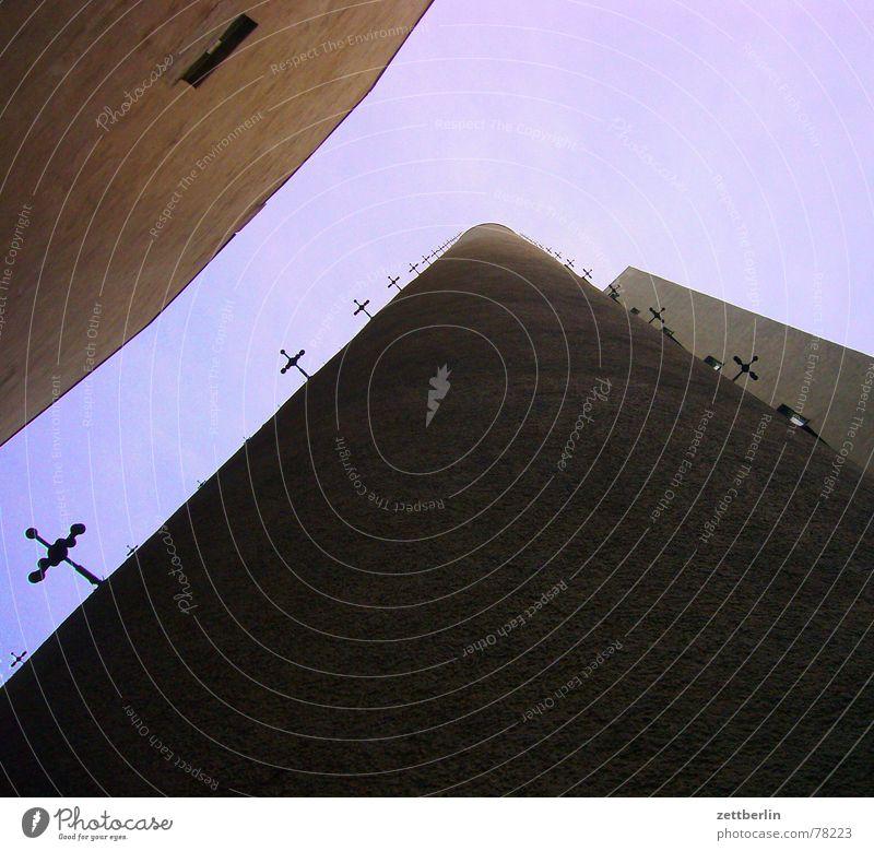 Haus Neubau Altbau Froschperspektive violett aufsteigen Kletterhilfe Maria Himmelfahrt Kreuzbau Bergsteiger Froschschenkel Bauweise Perspektive Modern Art