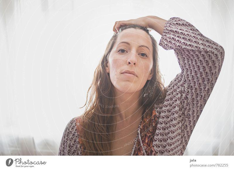 . Mensch feminin Frau Erwachsene 1 30-45 Jahre Bekleidung brünett langhaarig Blick ästhetisch hell schön Erotik wild weich selbstbewußt Farbfoto Innenaufnahme