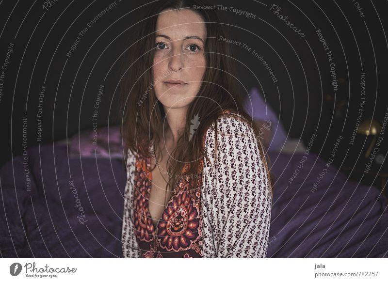 . Mensch feminin Frau Erwachsene 1 30-45 Jahre brünett langhaarig Blick sitzen ästhetisch schön Farbfoto Innenaufnahme Tag Porträt Blick in die Kamera