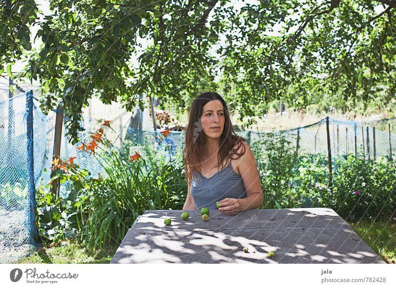 unterm apfelbaum Apfel Tisch Mensch feminin Frau Erwachsene 1 30-45 Jahre Natur Pflanze Sonnenlicht Sommer Schönes Wetter Baum Blume Sträucher Garten Blick