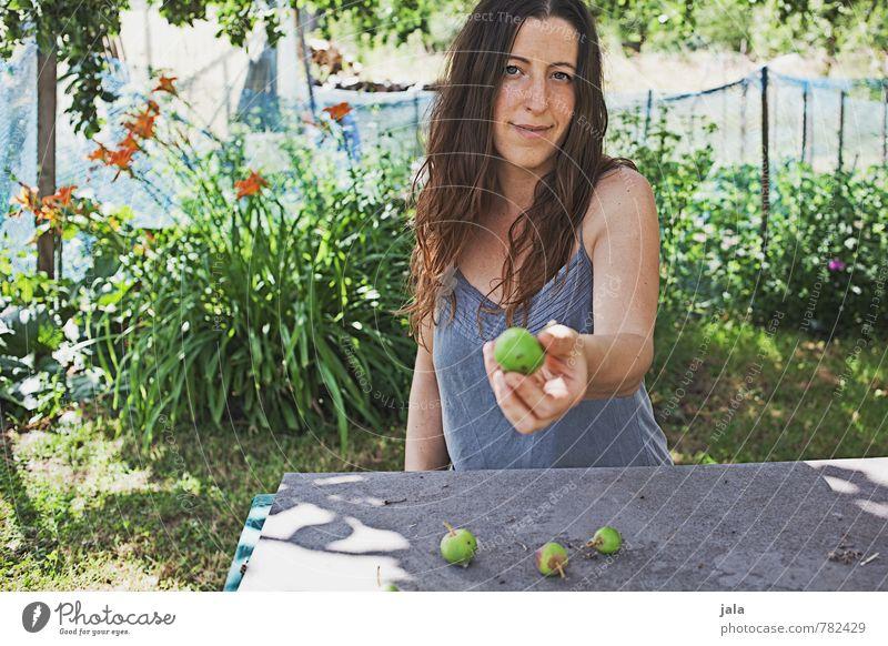 . Lebensmittel Apfel Tisch Mensch feminin Frau Erwachsene 1 30-45 Jahre Natur Pflanze Sommer Blume Gras Sträucher Grünpflanze Wildpflanze Garten