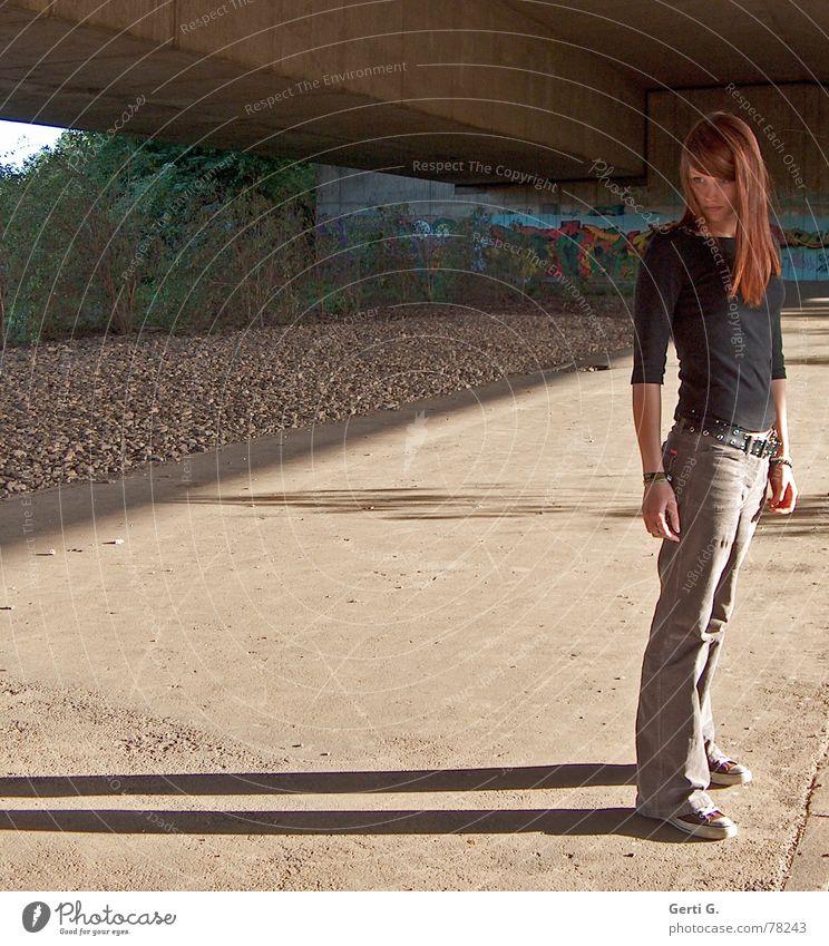= Mensch Frau Junge Frau stehen dünn Chucks langhaarig rothaarig dunkel Schatten Stein Beton Sträucher Aussehen Physik braun Herbst Abendsonne Brücke joung miss