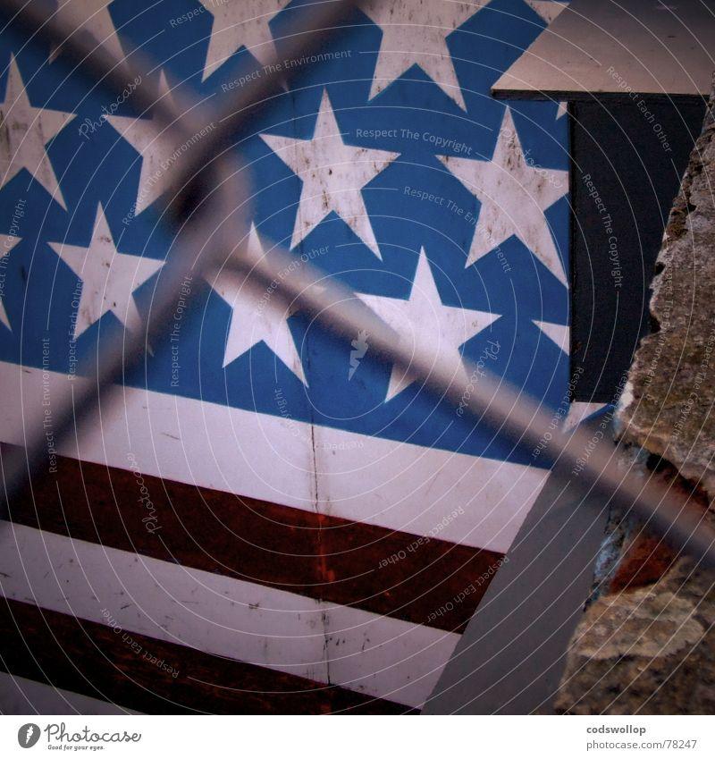 joyland Streifen Great Yarmouth England USA Angst Panik Sicherheit america red white blue fence Mauer