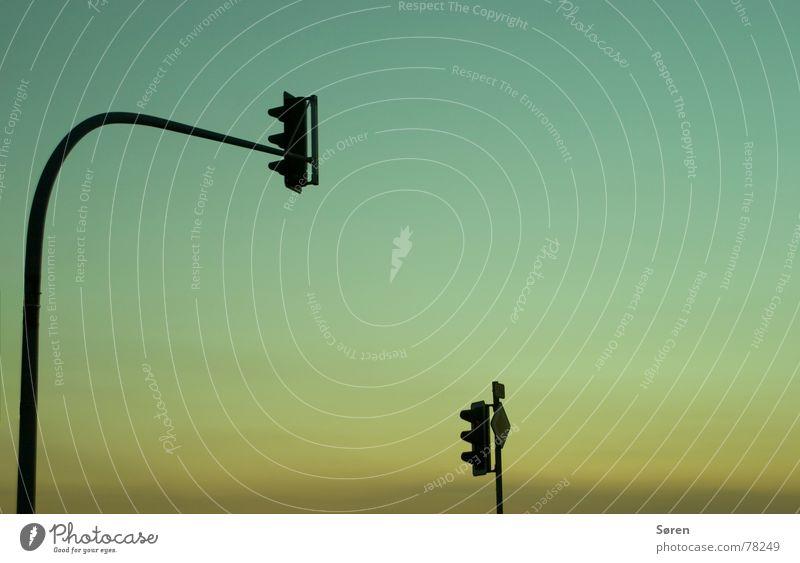 Ampeldynamik Natur Himmel grün blau rot gelb Straße Herbst orange Schilder & Markierungen stoppen obskur Hinweisschild Abenddämmerung Verkehrsstau