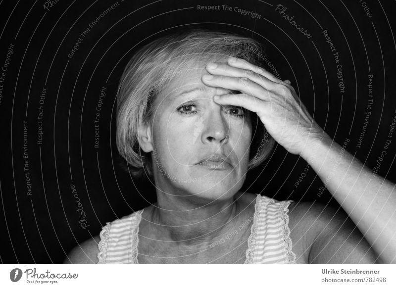 Indisponiert Mensch Frau alt Hand dunkel Erwachsene Leben Senior Gefühle feminin Gesundheit Stimmung Kopf 45-60 Jahre Finger berühren