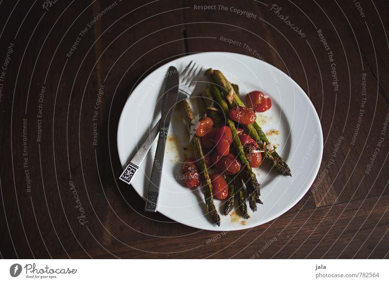 ofenspargeln Lebensmittel Gemüse Spargel Spargelzeit Tomate Ernährung Mittagessen Bioprodukte Vegetarische Ernährung Geschirr Teller Besteck Messer Gabel frisch
