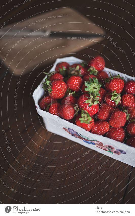erdbeeren Lebensmittel Frucht Erdbeeren Ernährung Bioprodukte Vegetarische Ernährung Messer Schneidebrett ästhetisch authentisch einfach frisch Gesundheit