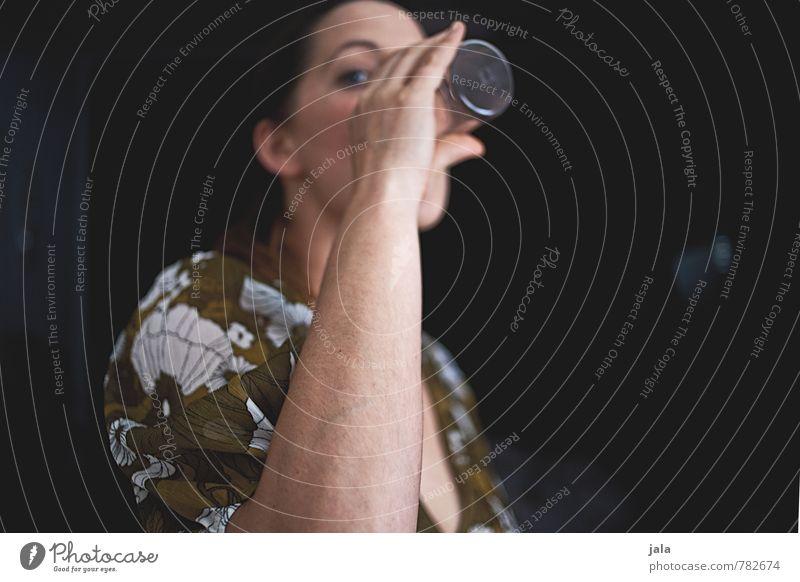 schluck Getränk trinken Erfrischungsgetränk Trinkwasser Alkohol Glas Gesundheit Gesunde Ernährung Mensch feminin Frau Erwachsene 1 30-45 Jahre Alkoholsucht
