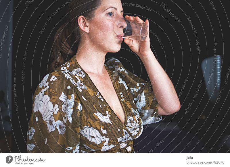 wasser Getränk Erfrischungsgetränk Trinkwasser Glas Häusliches Leben Wohnung Mensch feminin Frau Erwachsene 1 30-45 Jahre brünett langhaarig Zopf trinken