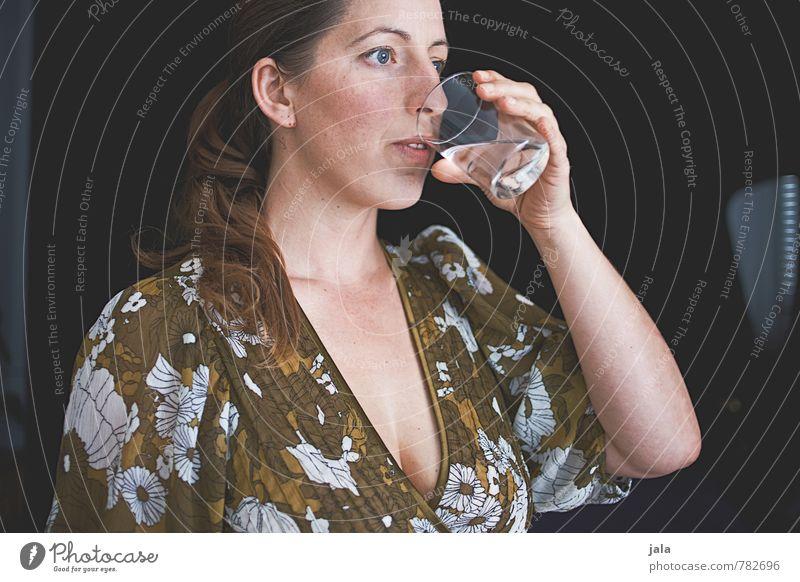wasser Getränk trinken Erfrischungsgetränk Trinkwasser Glas Mensch feminin Frau Erwachsene 1 30-45 Jahre ästhetisch Gesundheit Farbfoto Innenaufnahme Tag