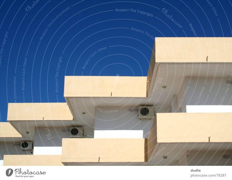 klimakasten Himmel weiß blau Sommer Ferien & Urlaub & Reisen Haus Gebäude Beton Perspektive Treppe Ecke trist Klima Häusliches Leben Hotel Kasten