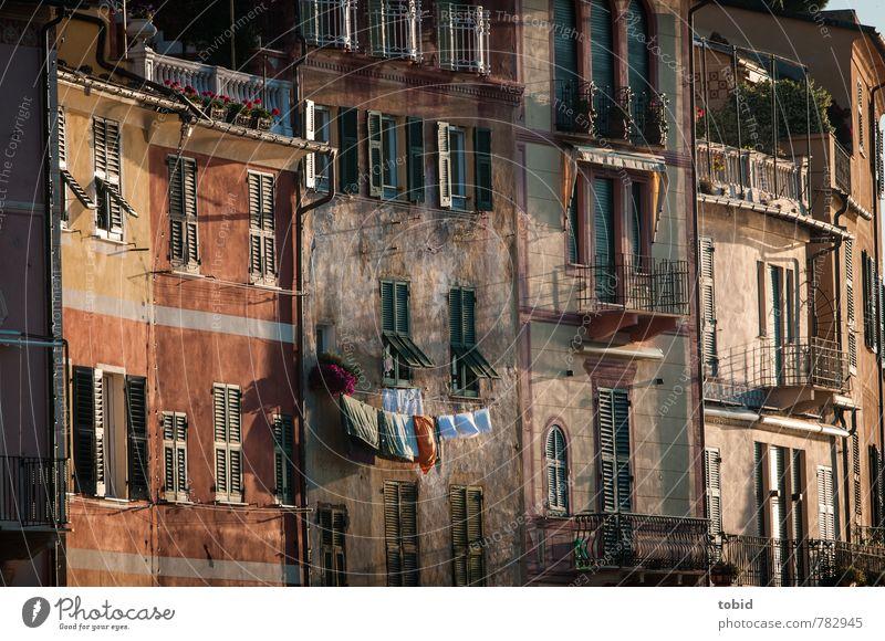 Little Italy Schönes Wetter Portofino Italien Dorf Stadt Hafenstadt Altstadt Menschenleer Haus Mauer Wand Fassade Balkon Sehenswürdigkeit alt authentisch