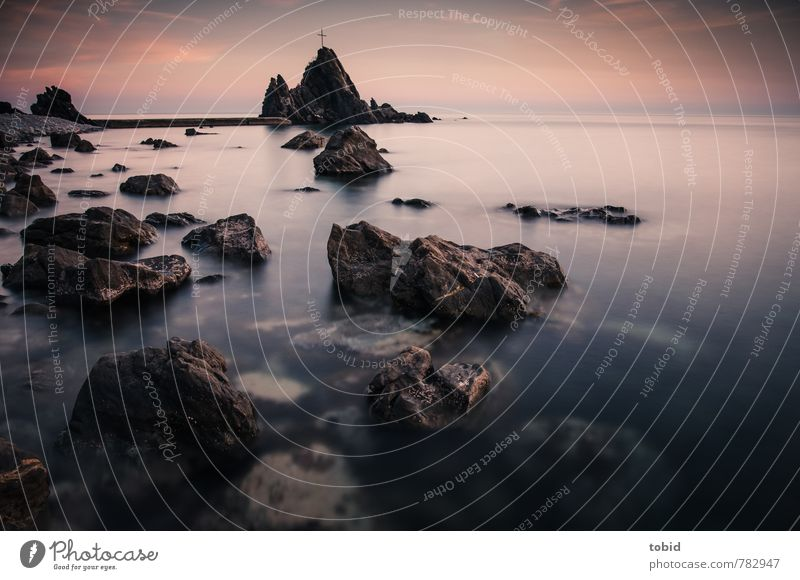 Ein stiller Abend Himmel Natur Wasser Einsamkeit Landschaft Wolken Ferne dunkel Küste Religion & Glaube Stein Felsen Horizont glänzend Erde Schönes Wetter