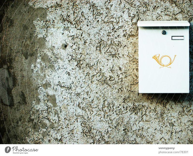Stille Post weiß gelb Wand Burg oder Schloss Post anonym Putz kommen Gully Briefkasten fremd eckig senden Postbote Heilbronn Posthorn