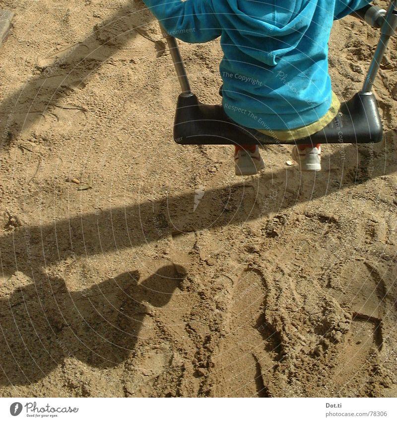 swing III Freude Spielen Kindergarten Kleinkind Kindheit 1 Mensch 1-3 Jahre Sand Park Spielplatz Fußspur Bewegung festhalten schaukeln blau Einsamkeit