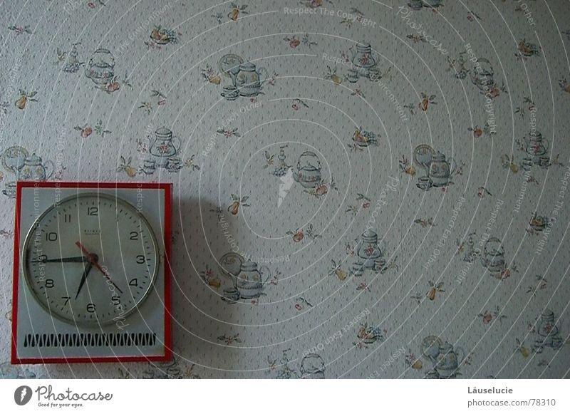 6:44 p.m. Zeit Uhr rot vergangen abgelaufen Tapete Blume Küche Uhrenzeiger alt