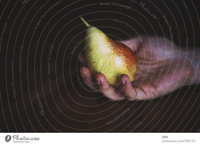 birne Hand Gesunde Ernährung Erwachsene feminin natürlich Gesundheit Lebensmittel Frucht frisch Ernährung Finger lecker Appetit & Hunger Bioprodukte Vegetarische Ernährung Holztisch