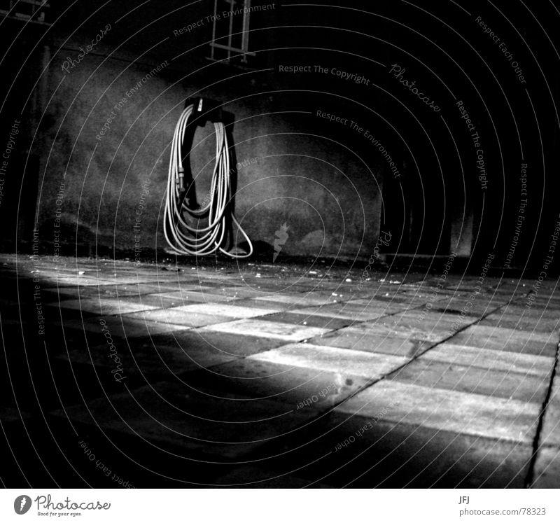 Schlauch aufgewickelt wickeln schäbig Fliesen u. Kacheln Bodenplatten Licht kariert Haus Fenster dunkel verfallen Fensterbrett Lichteinfall Nacht Bodenbelag