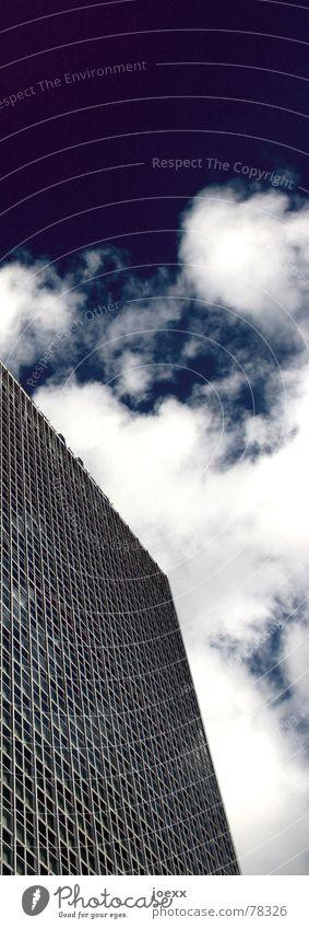 Nach oben offen Außenaufnahme Wolken blau eng Fassade Fenster Fensterscheibe Hochhaus kariert Mieter Quadrat Himmel anonym dicht gedrängt einschüchternd Glas