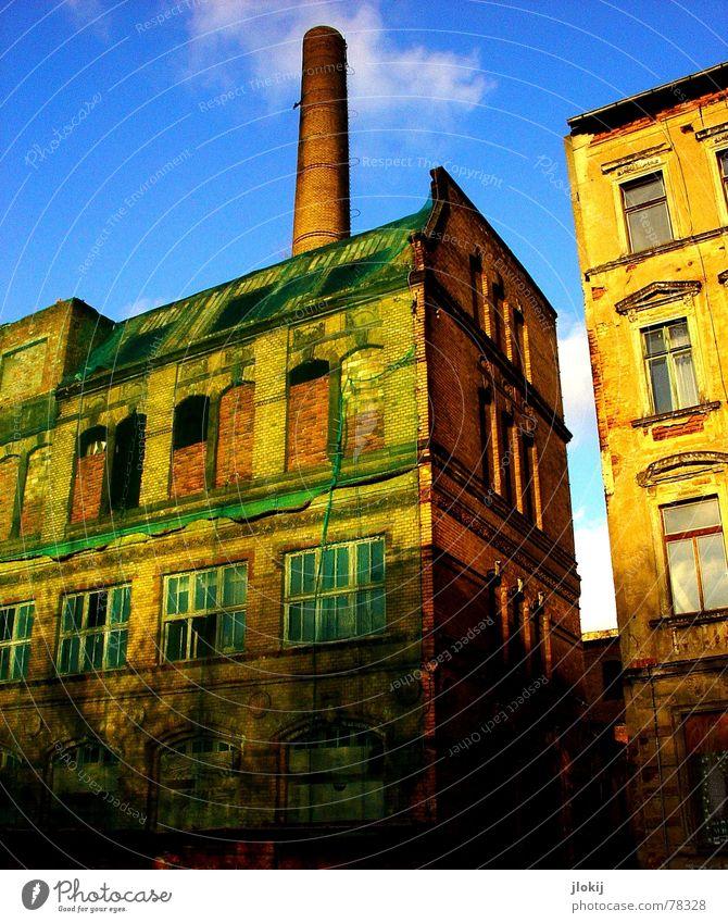 Vernetzt Haus Gebäude industriell grün Wolken Fenster kaputt Mauer Verfall Stadt Leipzig Gewerbe Industriefotografie Netz alt Schornstein Himmel blau