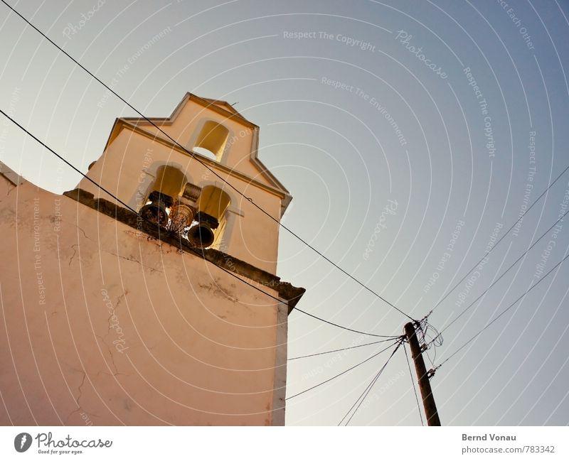 Klingeldraht Himmel blau alt schön schwarz gelb Wärme Wand Mauer Linie hell Perspektive hoch Elektrizität Schönes Wetter Kirche