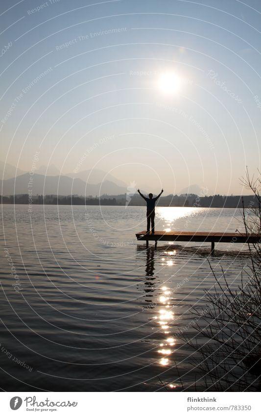 Freiheit maskulin Junger Mann Jugendliche Erwachsene Körper Arme 1 Mensch 18-30 Jahre Landschaft Sonne Sonnenaufgang Sonnenuntergang Schönes Wetter Seeufer
