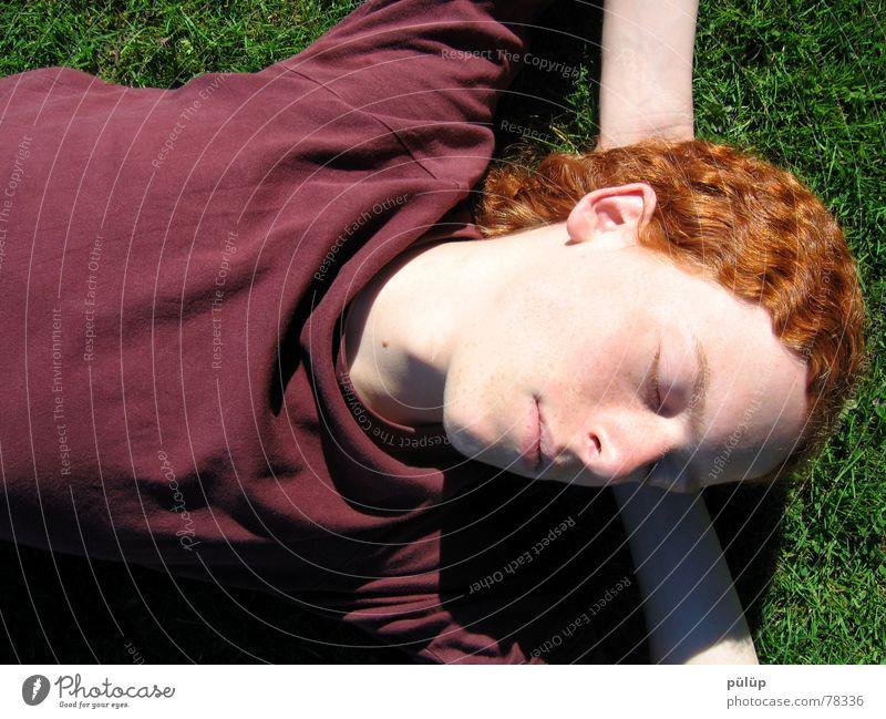 Jonas grün rot Erholung Wiese Gras Haare & Frisuren Locken