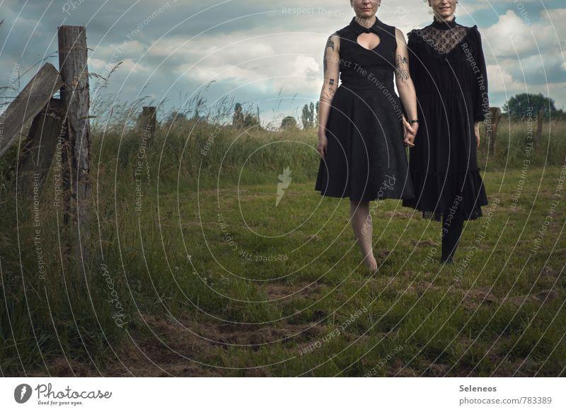 Stand geben Mensch Frau Himmel Natur Sommer Hand Landschaft Wolken Umwelt Erwachsene Wiese feminin Gras Beine Zusammensein Feld