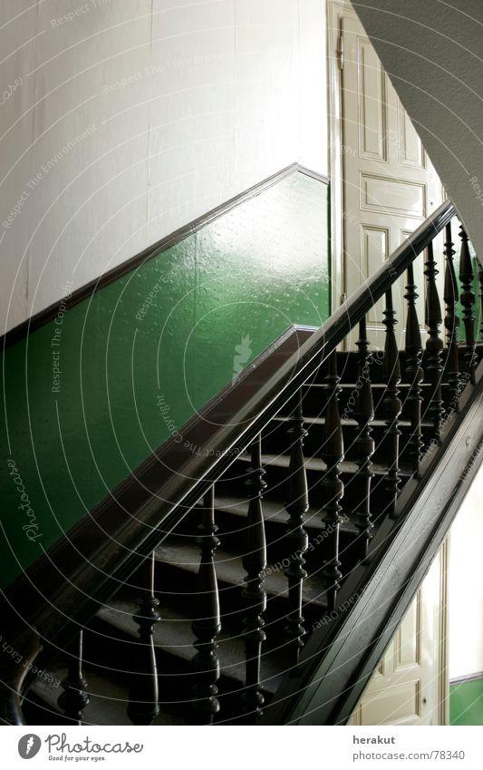 Stufig weiß grün Haus Wand Holz Tür leer Treppe Ecke Tapete Flur aufsteigen Treppenhaus Abstieg