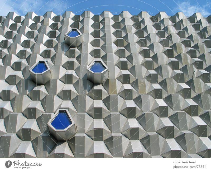 die heilige fassade Himmel alt blau Wolken Haus Straße Wand Architektur Gebäude grau Deutschland Fassade Metall Design dreckig modern
